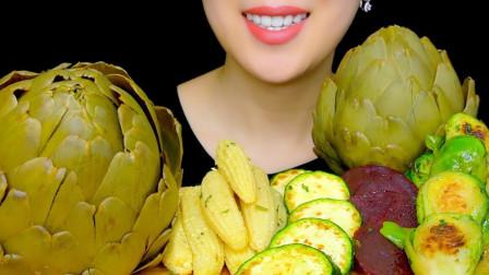 """美女ASMR吃播:""""烤蔬菜拼盘"""",有洋蓟、嫩玉米、西葫芦、甜菜、抱子甘蓝,听这咀嚼音,吃货欧尼吃得真馋人"""