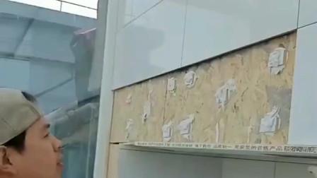 请专业人员来贴的墙,没想到是用这样的方法,100平贴成了95平!