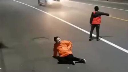 安徽小伙:孕妇妈妈肚子疼快生了,男孩拦不到车急哭了,最后那一跪真的被感动了!