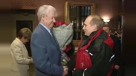 普京和夫人一起去看望叶利钦,给叶利钦过生日,普京送叶利钦礼物