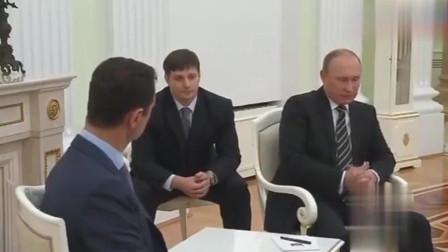 普京接见巴沙尔来访,普京和巴沙尔坐在一起说话,巴沙尔频频点头
