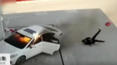 着火轿车冲入加油站,司机乘客跳车逃生,当班员工30秒紧急灭火