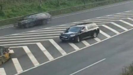 司机仗着自己是临时车牌,竟在高速路上倒车,被监控抓现行!