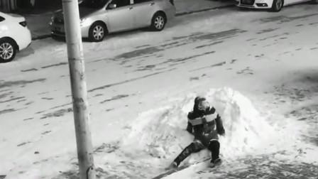 河南大哥走路不看道吗,撞到电线杆上还把头给扎进雪堆,原谅我没有忍住!