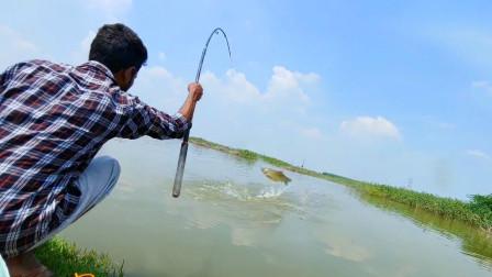 小哥是位钓鱼高手,每次都能钓到大鱼,这样钓鱼才带劲!