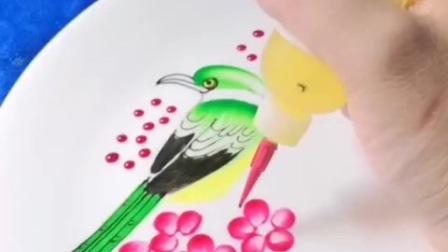 手艺人用果酱画出来一只鸟,这样的画你舍得吃么,太漂亮了