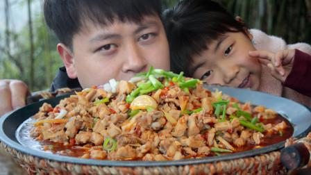 """家养兔不忍杀,农村小哥买1只鲜兔做""""鲜锅兔""""一大盘这次吃过瘾"""
