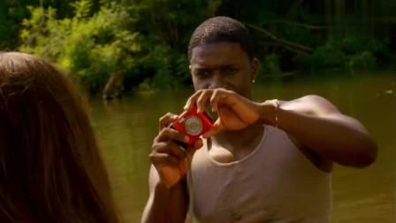 沼泽狂鲨:小情侣在河上划船,正在传情时,双双被鲨鱼拖下水!