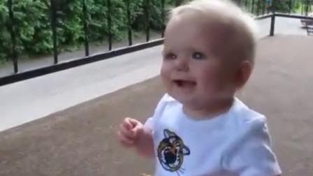 儿子坐在门口等下爸爸回家,见到父亲那一刻,宝宝反应实在太萌了