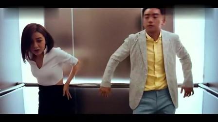 男子在电梯里-对前女友动手动脚的-也是绝了么!