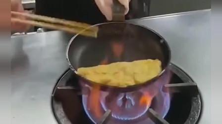 日本居酒屋里超人气的蛋包饭,看看别人是怎么做的。