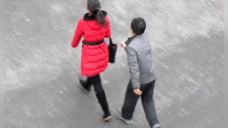 单身女子注意了!男子尾随女子偷扒,在外要注意安全!