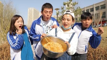 抠门大厨为赚钱,自制芥末老干妈拌面,不料学生全是重口味