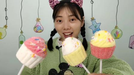 """妹子开箱吃""""杯子蛋糕造型棉花糖"""",多彩蓬松沾糖粒,Q软香甜"""
