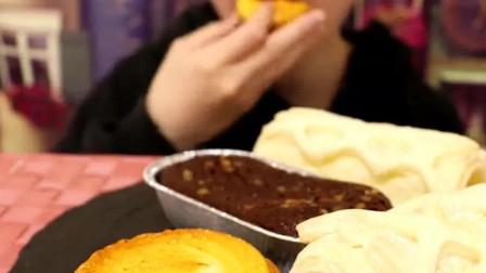小姐姐吃芝士挞,旁边还有柠檬卷心派、巧克力盒子蛋糕,一次满足所有愿望