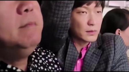 美女在公车靠男子肩膀,见到男子样子后翻脸不认人!