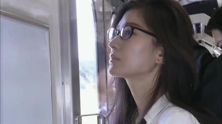 日本美女坐地铁人太多,直接被大叔挤得都不好意思了