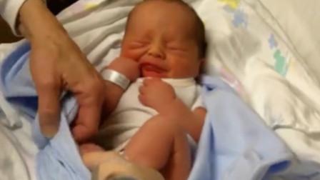 新生儿眼睛还没睁开,爸爸解开被子的瞬间,小家伙反应真是萌翻了