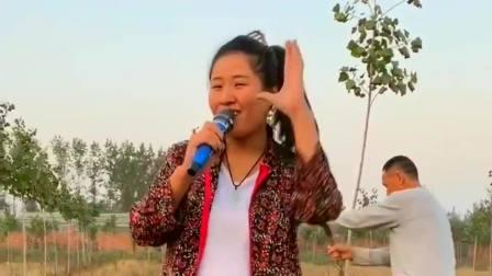 农村大姐闲来唱歌,一首《你是我的人》,非常的有实力!