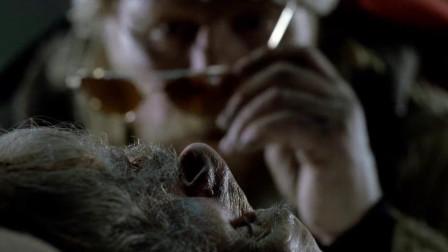 雪地陷阱捕到一个老头,男子和同伴将其搬到屠宰室,不料他还没