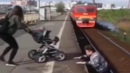 千钧一发,小哥冲下铁轨救人,下一幕让人心惊胆战!
