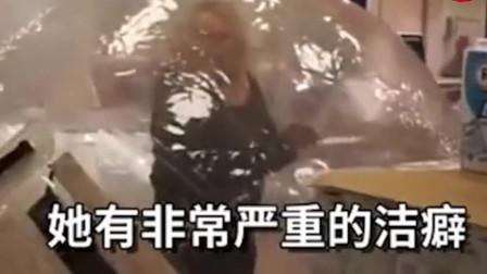 女子为了躲避疫情自己钻进气球出门网友隔离很到位