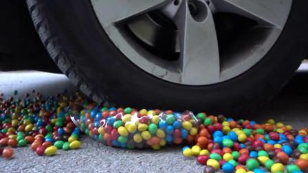 牛人把巧克力豆小黄鸭放到车底,看着挺过瘾的,好减压啊