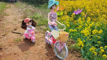 芭比娃娃玩具故事:小姨带着小七骑自行车去户外春游采摘油菜花
