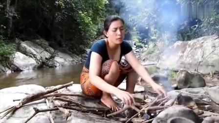 农村大姐在野河边烤鱼吃,她这种做法很原始啊