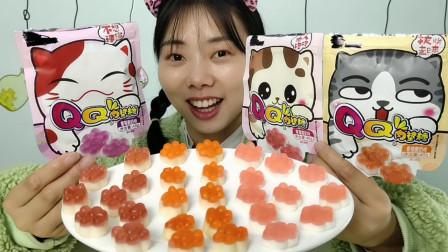 """美食开箱:小姐姐吃""""趣味QQ肉垫糖"""",肉嘟嘟超可爱,甜蜜弹牙"""