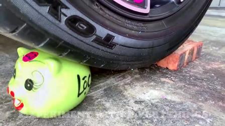 牛人把玩具减压球放在车轮下面,看着好过瘾,好减压呀