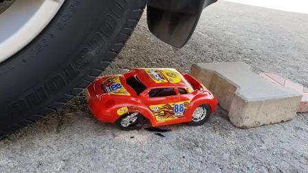 牛人用汽车碾压玩具汽车,真的好减压啊,挺过瘾的