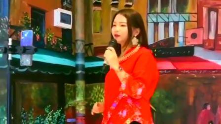 红衣美女演唱一首《桥边姑娘》,旋律伤感,不当歌手可惜了