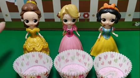 贝尔和长发帮助白雪做蛋糕,王后质疑她们不是自己的亲生女儿