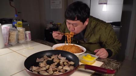 吃播:韩国农村一家人,儿子泡了四包泡面,配上香煎五花肉,太香了
