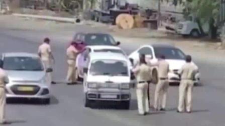 印度防疫措施太硬核!大批警察手拿藤条巡逻!