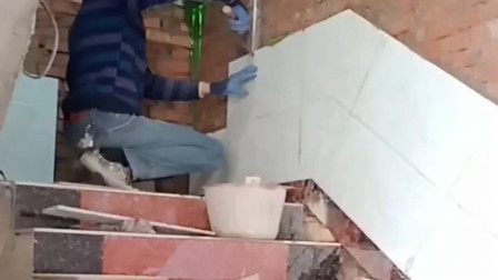 早河北高价请来的师傅,楼梯墙砖对缝都不用抹水泥,这样能结实吗