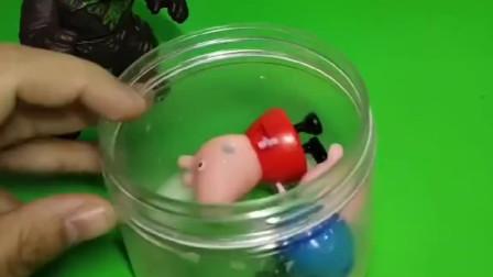 佩奇乔治的洗澡水白白的,怪兽以为是牛奶,把洗澡水都喝了!