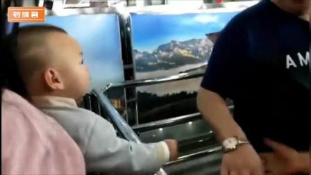 2岁的小朋友,在过安检的时候挨个握手,一看就有领导的风范!