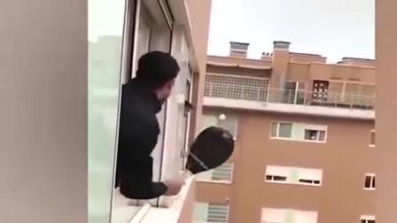 意大利两男子隔空打网球 网友:看得好紧张!