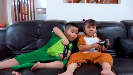 兄妹俩老玩游戏!妈妈让他们收拾自己的房间!哥哥就开始偷懒了!