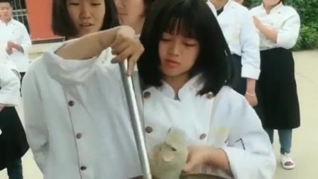 新东方的女学员厨师,正在练习颠锅的手法,现在技术已经非常娴熟了!