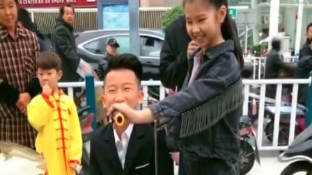 9岁的妹妹和10岁的哥哥合唱一首《谁》,场面非常火爆,引来路人围观