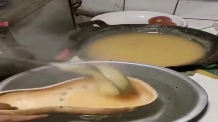 用玉米面和淀粉做的美食,放到水里后瞬间成型了,这也太神奇了吧!