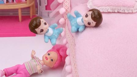 芭比剧场:小宝宝睡觉从床上掉下来,姐姐急忙跑去接住他
