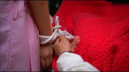 证人:绑匪老婆帮小女孩解开绳子,帮助小女孩逃跑