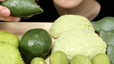 美女直播吃抹茶味马卡龙和抹茶糯米糕,配上抹茶冰淇淋真是太绿了