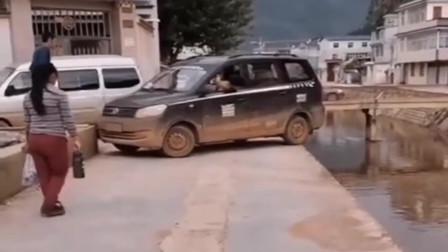 云南司机脾气太暴躁了,这种地方还硬要掉头,老婆吓得都下车了!