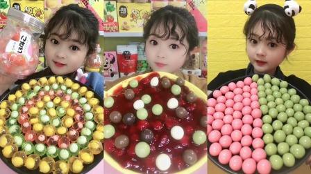 萌姐试吃:小糖果和巧克力豆,还有草莓果酱,看着很好吃哦。