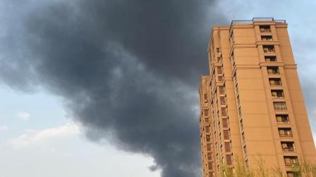 朝阳区黑庄户镇发生火灾,现场浓烟滚滚